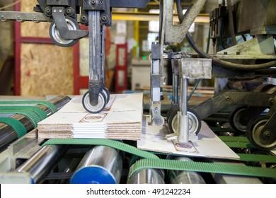 Производство картона машина проходной линии делая коробки