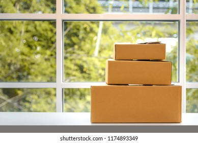 cardboard paper boxes on table, natural background, online shopping concept