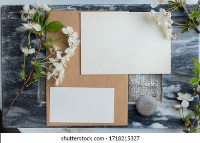cards branding mockup template on dark marble background, with flowers. place for your design. invitation card