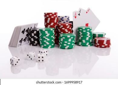 Cartes, plongées et navires multicolores pour casino sur fond blanc