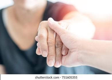 Уход, Специализированная помощь, уход рука держит пожилую руку женщина в хосписе уход. Благотворительность благотворительности к концепции инвалидов.Неделя признания государственной службы