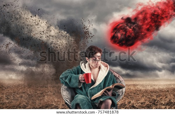 Unvorsichtiger Mann trinkt Kaffee und liest ein Buch, während ein Tornado und ein Meteor zu ihm kommt.