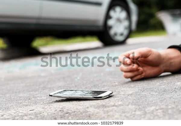 Unbedachte Person, die von einem Auto getroffen wurde, nachdem sie die Straße überquert hatte, während sie telefoniert