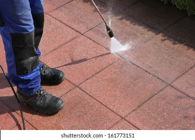Caretaker with high-pressure cleaner
