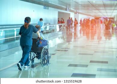 Karriere, die ältere Menschen auf Rollstuhl am Flughafen drängt