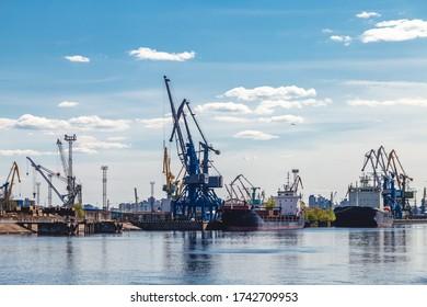 Frachtkrane in einem Flusshafen