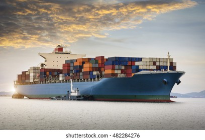 Frachtschiff im Handelshafen
