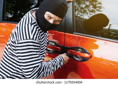 Carjacking, The thief is levering the car.