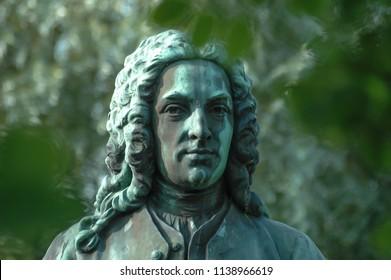 Carl Linnaeus statue in Botaniska Trädgården