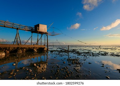 Les carrelets sont des installations traditionnelles de pêche au filet dans l'ouest de la France ainsi qu'à Bourgneuf-en-Retz, au coucher du soleil, où ils sont une attraction touristique majeure dans la Bretagne Pays de Loire.