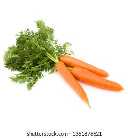 Légume de carotte avec feuilles isolées sur fond blanc, découpe