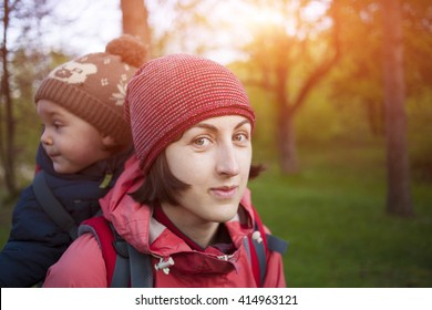 To carry the child travels with mom in the world.