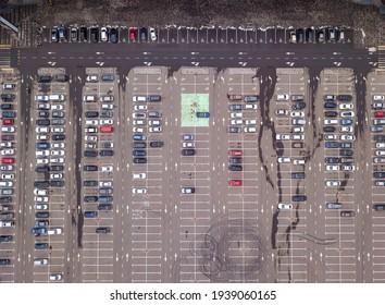 Autos auf dem Parkplatz. Draufsicht aus der Luft.