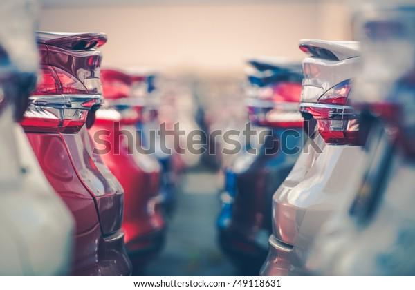 Продажа автомобилей. Автомобильная промышленность. Автостоянка автосалона. Ряды совершенно новых транспортных средств ждут новых владельцев.