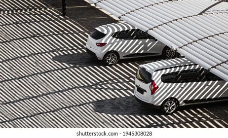 Autos unter dem Schatten des Dachdeckers