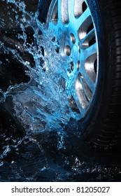 Autorad mit blauem Wasser auf schwarzem Hintergrund