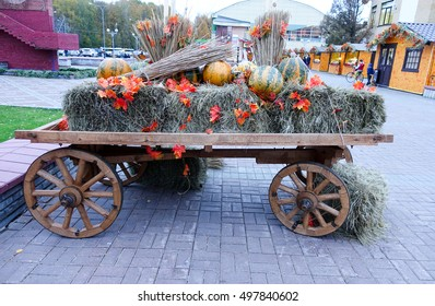 The cart with hay and pumpkins