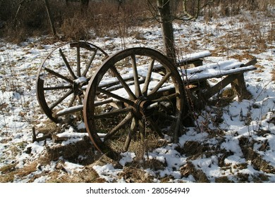 ?ld cart / Old wagon on the snow-covered field.