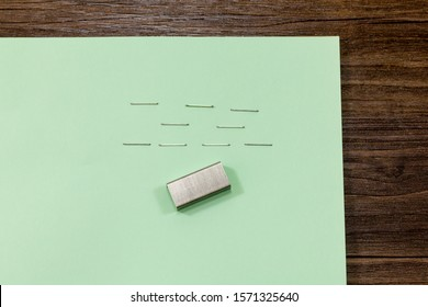 Cartridge of staples and stapled paper