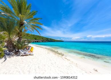 Strand von Cas Abao - Paradies weißer Sandstrand mit blauem Himmel und kristallklarem blauem Wasser in Curacao, Niederländische Antillen, eine tropische Karibik-Insel