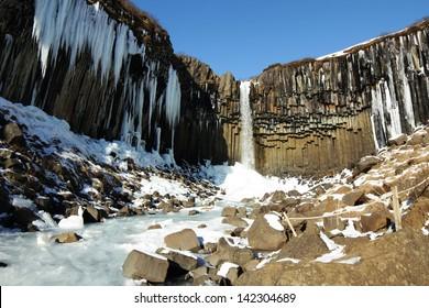 Cascada de islandia con basalto y chupones de hielo