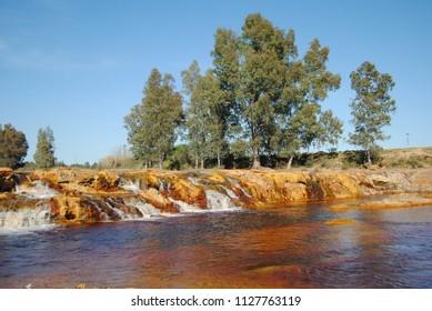 Cascada del Rio Tinto a su paso por Niebla (Huelva). Río de singular color rojo con nacimiento en la sierra de Padre Caro (Nerva, Huelva)