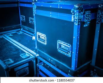Cases on castors. Cases for transportation of equipment. Transport containers for equipment. Cases for transportation. Cases protected by corners.