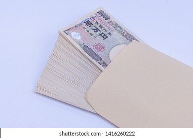"""The cash which was in the envelope. 日本銀行券=Bank of Japan note 壱万円=10000 yen 国立印刷局製造=National Printing Bureau production The red seal is written as """"the seal of the president""""."""