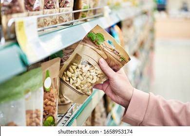 Kaschu-Nüsse in der Hand im Geschäft