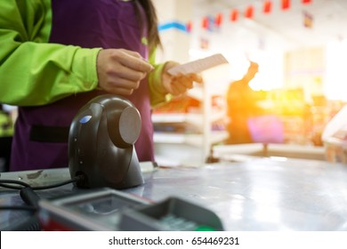 Cashier in the supermarket, the cashier to scan the goods, check out with a credit card