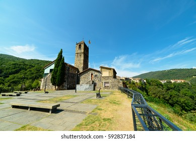 Castellfollit de la Roca, The village's narrow alleys lead to the old church of Sant Salvador, on the edge of the cliff, where there is a viewpoint with wonderful views.