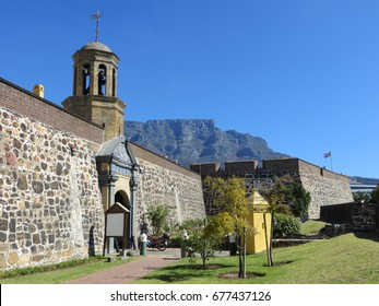 Le Château de Bonne-Espérance au Cap avec la montagne de la Table en arrière-plan