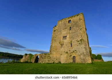 A castle in Ireland in the County of Kilkenny situated on the River Suir..