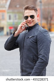 Casual dressed businessman talking on the phone outdoor