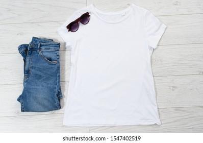 Leckeres T-Shirt mit Draufsicht, Kleiderhintergrund für Logo, weibliches T-Shirt, leeres T-Shirt