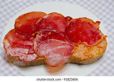 Catalan-style tomato rubbed on a slice of bread with oil and salt point, about the scourge of rural style.
