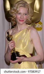 CATE BLANCHETT at the 77th Annual Academy Awards at the Kodak Theatre, Hollywood, CA February 27, 2005; Los Angeles, CA.  Paul Smith / Featureflash