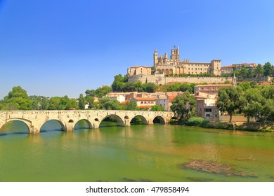Cathedral of Beziers above the medieval bridge and Orb river, Languedoc-Roussillon, France