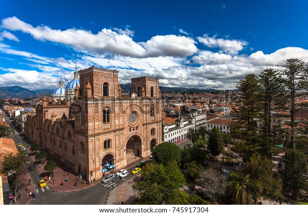 エクアドルのクエンカ市の中心に煉瓦で造られた大聖堂