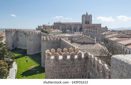 Cathedral of San Salvador of Avila it�´s situated in Spain, it�´s of gothic style, you can see part of a castle surrounded the houses of the city. Are some defensives towers