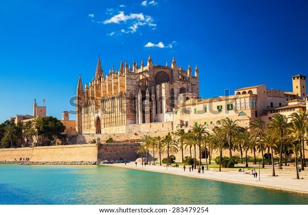 la cathédrale Santa Maria de Palma et le Parc del Mar à proximité, Majorque, Espagne