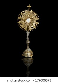 A Catholic priest santisimo host at Communion
