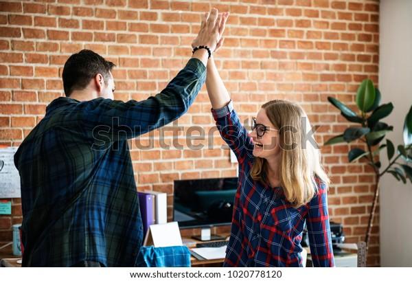 白人の同僚は互いに高い5を与え合う