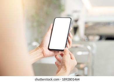 Blankoweißer Handy-Mock-up.Frau Hand, die Texting mit Mobiltelefon auf dem Schreibtisch bei office.background leerer Platz für inserate.work Menschen kontaktieren Marketing-Business,Technologie