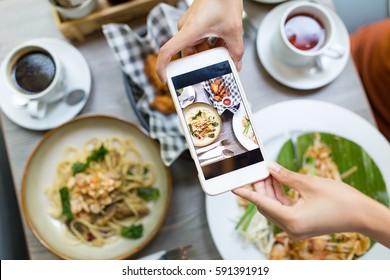 手机拍摄食物的照片从顶部视图