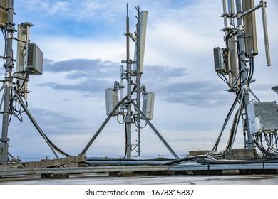 Antenne de réseau de téléphonie cellulaire montée sur un pôle métallique fournissant des ondes de signal fortes depuis le sommet du toit à travers la grande ville