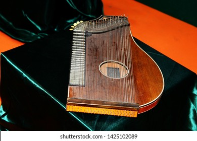 Celtic musical instruments, typical of the people of European countries in the Celtic area. Stringed musical instruments, harp, la zither, irish bouzouki, guitar, lute, hammerdulcimer