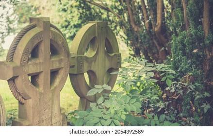 De vieilles tombes celtiques traversent un cimetière anglais. Ambiance romantique et gothique vintage.