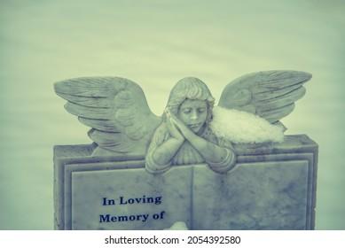 Le cimetière tombe. Sculpture d'ange reposant sur un livre. En mémoire d'un être aimé qui décède.
