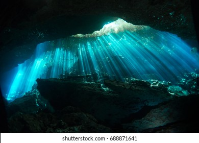 Cenote Ponderosa, sunbeams reflection in the water